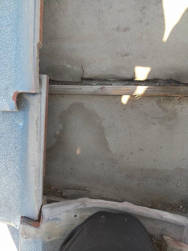 瓦の下の切れた防水シート