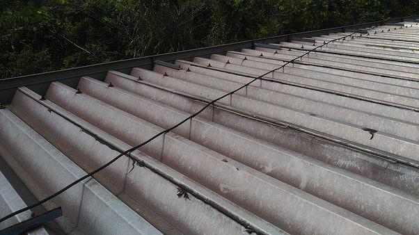 雨漏りしているあたりの折板屋根のコーキング