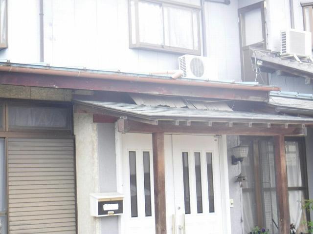 玄関上の軒天井の剝がれ