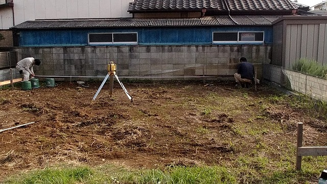 土間コンクリートの横幅を水糸とスケールで確認
