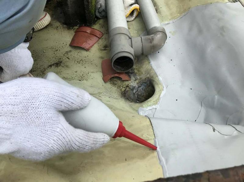 防水シートと防水シートのすき間にシール材塗布中