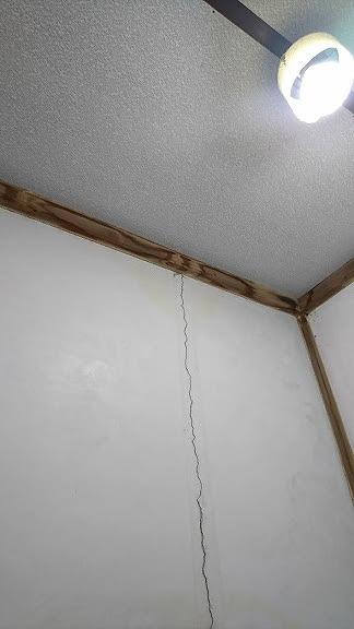 壁のクラックと廻り縁の雨漏りのシミ