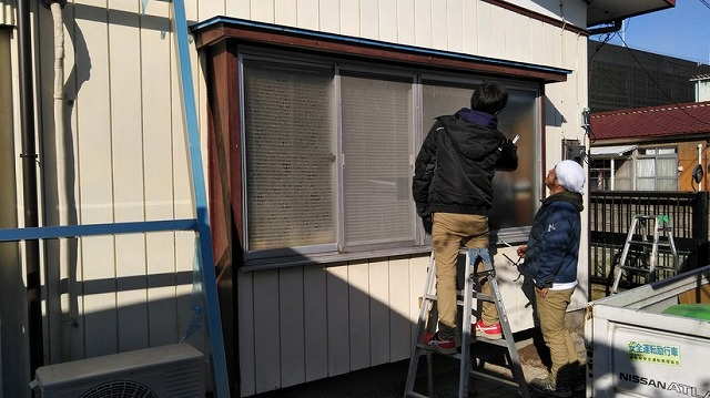 出窓にルーバーを取り付ける前の施工確認