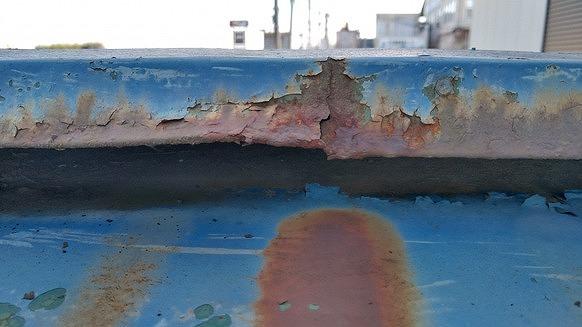 横から見た棟板金のサビと割れ
