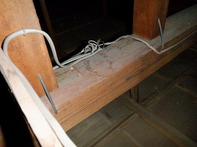 屋根裏の電気の配線近くの雨漏りのシミ