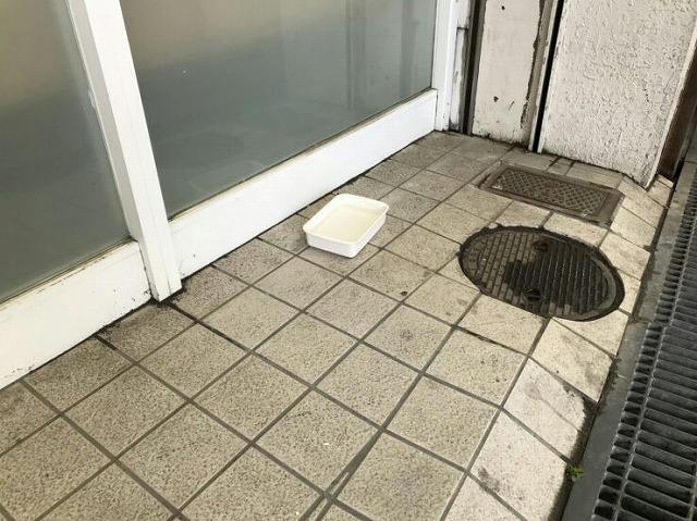 店舗の入り口の雨漏りの受け皿