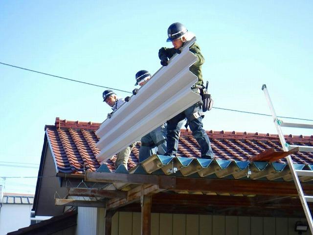 車庫の折板屋根搬入