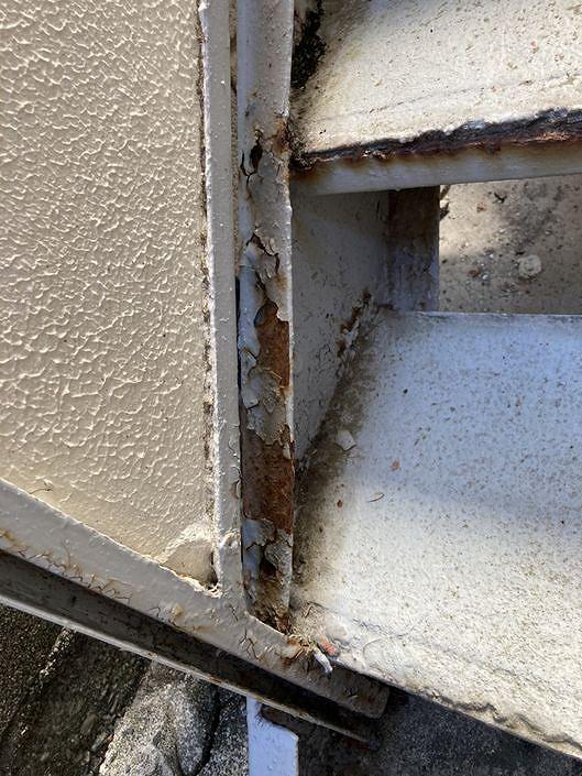 アパートの鉄骨の階段の塗装の傷みとサビ