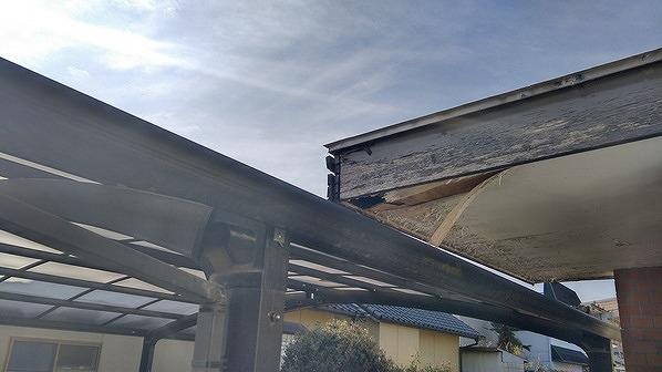 玄関の軒天井の穴と傷んだ破風板
