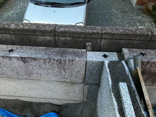 正面から見た石の塀の段差の印