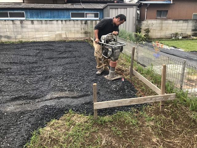 土間コンクリート用の砕石に転圧機で作業しているところ