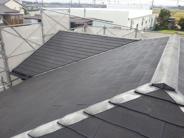 下塗りのシーラーをスレートの屋根に塗ったところ