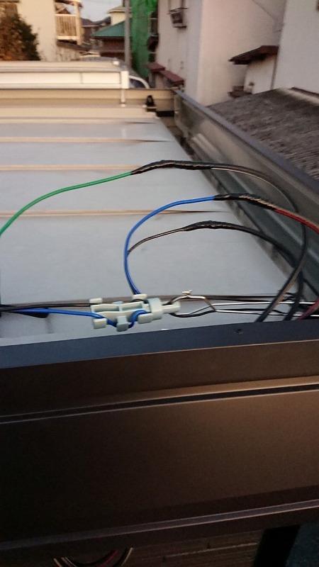 ユニットハウスの上の電気の配線