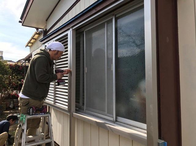 出窓にルーバー取付