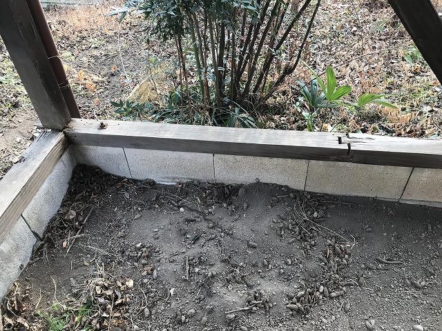 車庫の右奥の柱