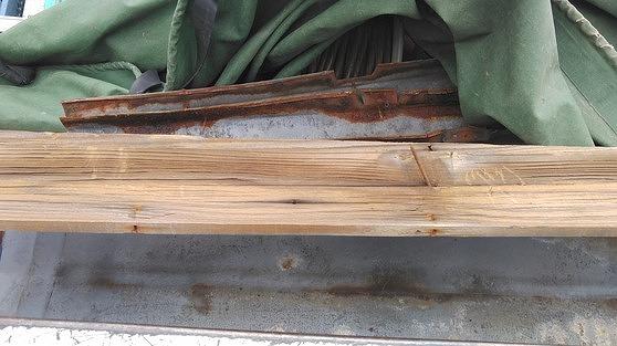 外したトタンの棟板金と棟板金と貫板