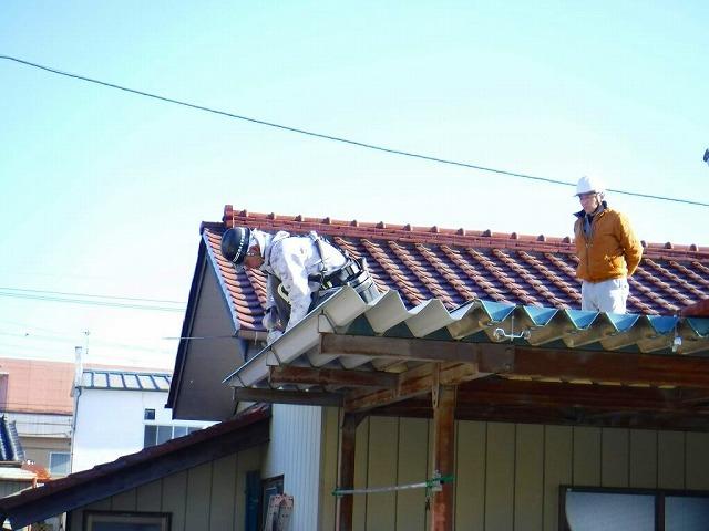 車庫の折板屋根を打ち込み