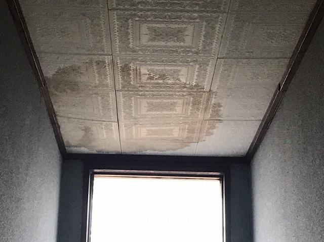 雨水がしみて天井が少し下がっているところ近景