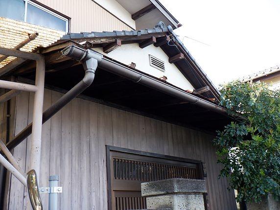 玄関庇を斜め下から見上げて