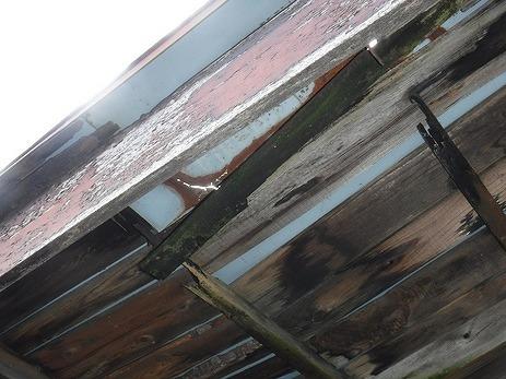 玄関の庇の屋根の板金の穴