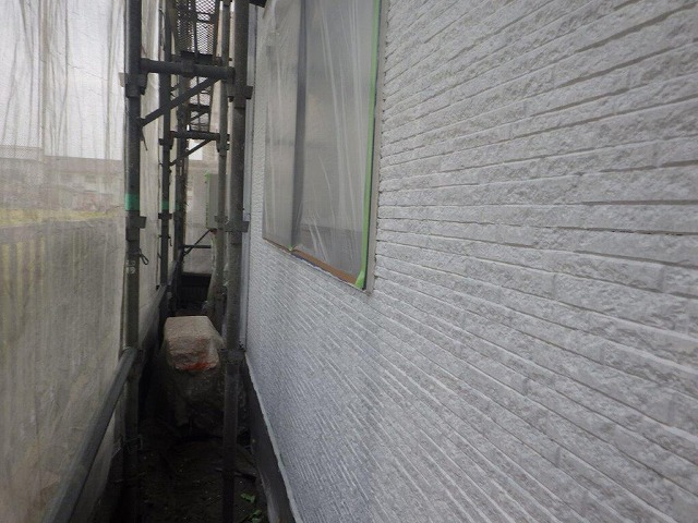 外壁塗装下塗り中室外機給湯器養生