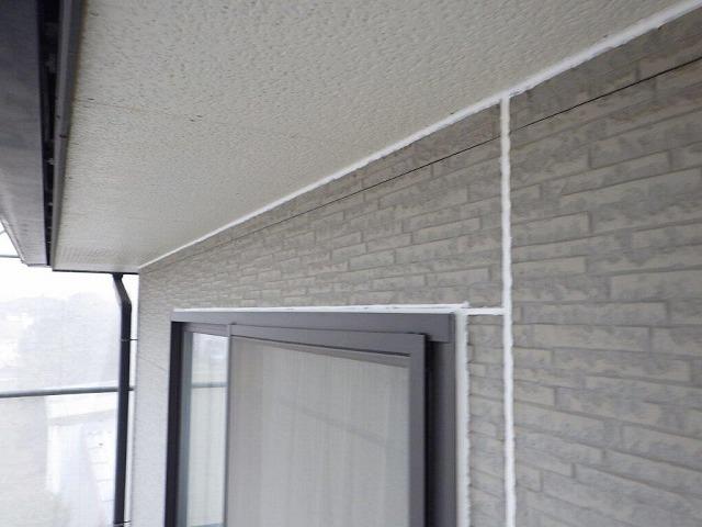 外壁塗装前の目地にシーリング材を塗布した後