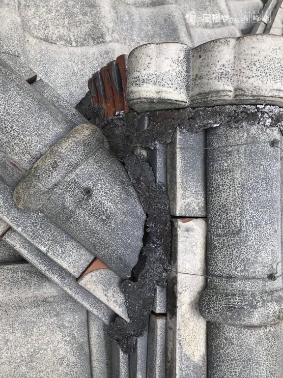 大棟と隅棟の漆喰が劣化して剝がれているところ