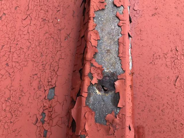 トタン屋根の塗膜が剥がれて穴が開いているところ近景