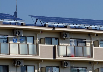 マンションやアパートの屋根に設置されたソーラーパネル