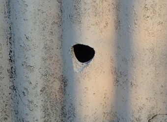 工場の外壁に開いた穴